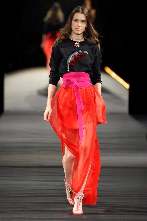 Fashion show, Waist, Style, Fashion model, Runway, Fashion, Model, Street fashion, Abdomen, High heels,