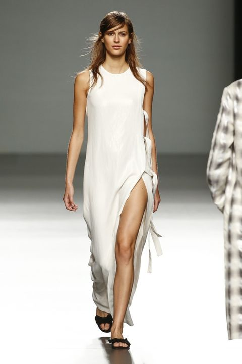 Sleeve, Human leg, Shoulder, Fashion show, Joint, Dress, Style, One-piece garment, Formal wear, Fashion model,