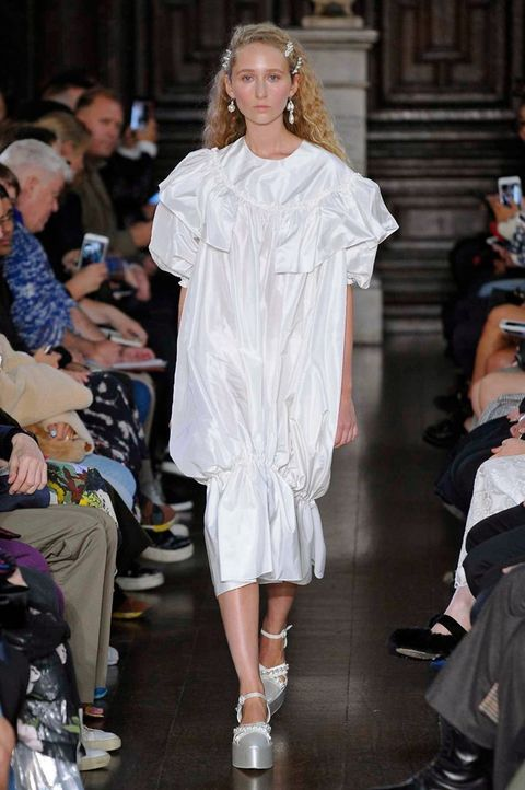 Fashion model, Fashion, Runway, Fashion show, Clothing, Shoulder, Footwear, Event, Haute couture, Fashion design,