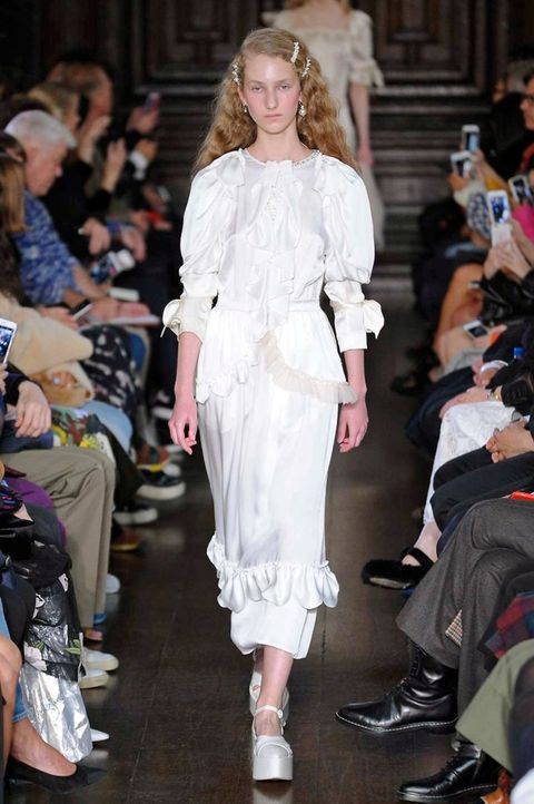 Fashion model, Fashion, Fashion show, Runway, Clothing, Haute couture, Event, Footwear, Public event, Shoulder,