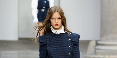 Fashion model, Fashion show, Runway, Fashion, Clothing, Waist, Street fashion, Public event, Human, Haute couture,