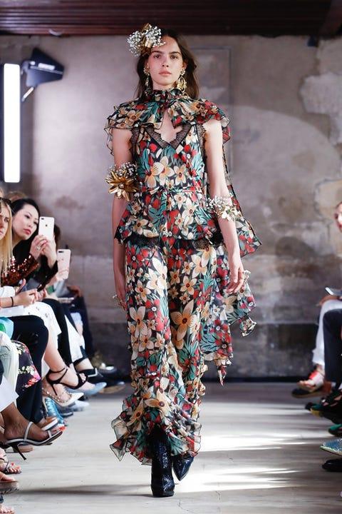 Fashion model, Runway, Fashion, Fashion show, Clothing, Shoulder, Fashion design, Haute couture, Public event, Event,