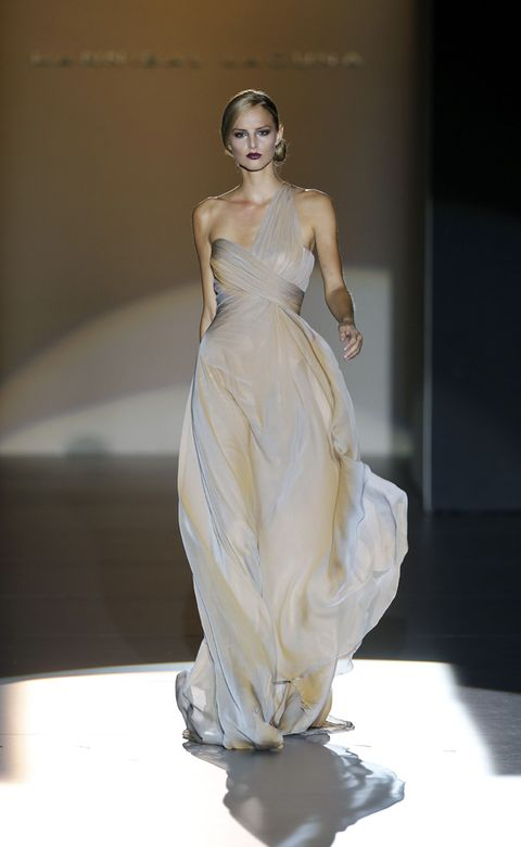Hairstyle, Dress, Shoulder, Joint, One-piece garment, Gown, Formal wear, Fashion show, Style, Fashion model,