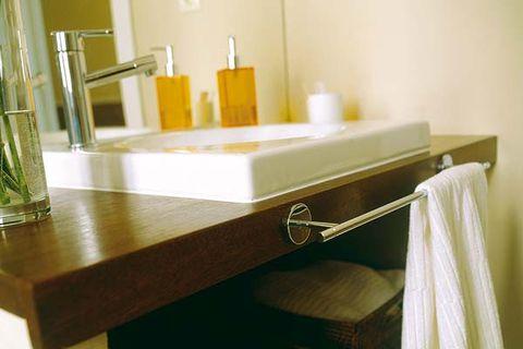 un baño con pintura y gresite