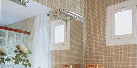 Un baño dividido con un muro de pavés