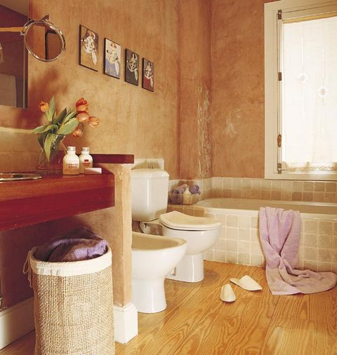 Un cuarto de baño rústico con dos zonas de lavabo