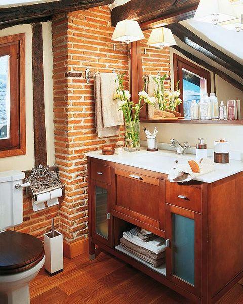 Un ba o r stico con techo abuhardillado for Ambiente rustico