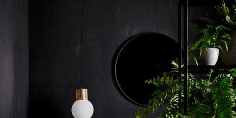 baño con paredes en negro