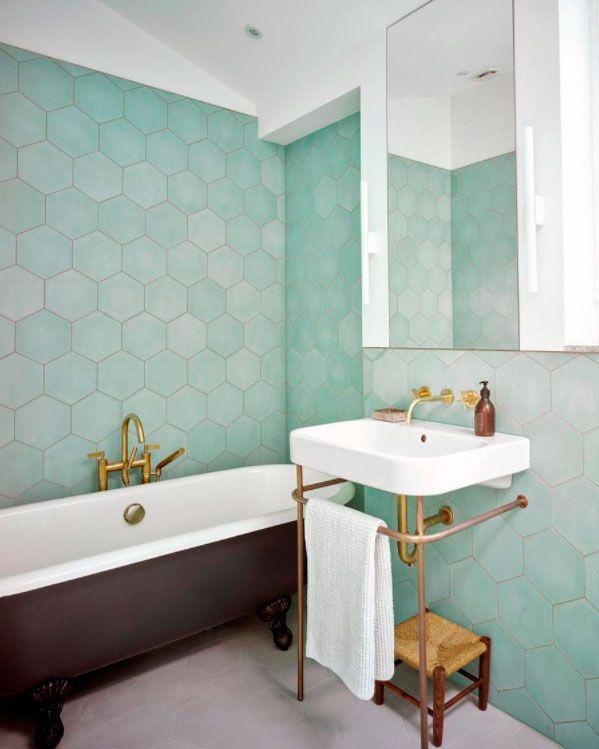 La Bañera Con Patas Es Un Clásico Que Nunca Falla, Y Este Color Marrón  Genera El Contraste Perfecto Con La Pared De Azulejos.