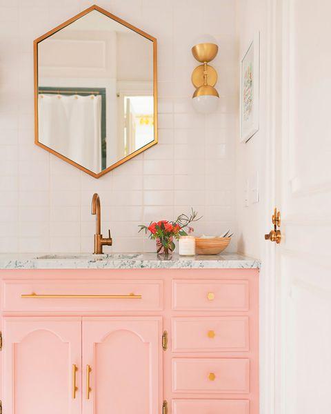 baño en color blanco y rosa