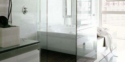 baño moderno con ducha y bañera