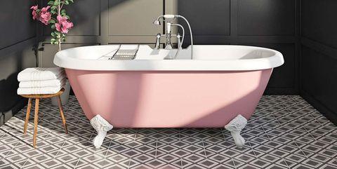 bañera con patas rosa y mosaicos