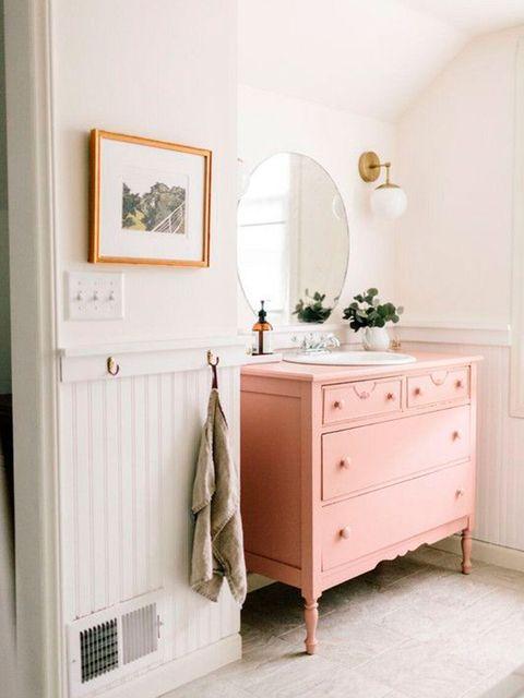 16 ba os con encanto vintage for Muebles colgantes para banos pequenos