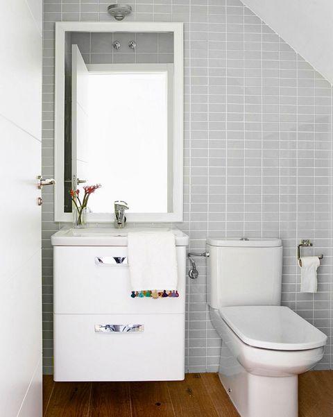 baño pequeño con mueble de lavabo suspendido