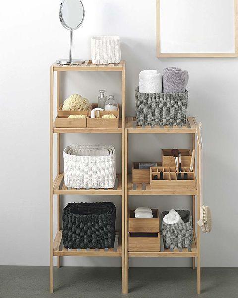 estanterías con cestas y cajas para almacenaje del baño
