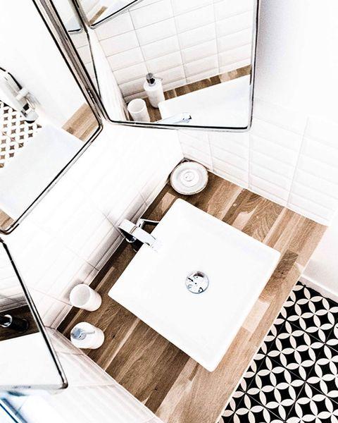 baño en blanco, negro y madera