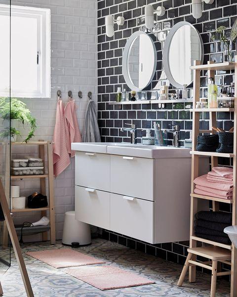 baño moderno con azulejos metro en negro