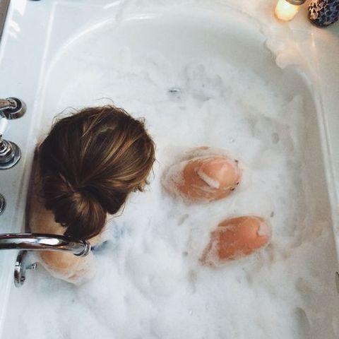 Hair, Hairstyle, Bathing, Bathtub, Room, Child, Plumbing fixture, Food, Washing, Ear,