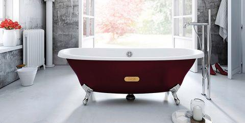bañera roja exenta con patas plateadas