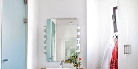 Un cuarto de baño con espacios diferenciados