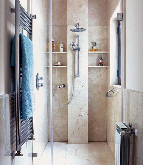 Un cuarto de baño luminoso y funcional