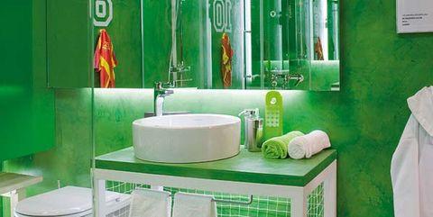 baño verde para los niños como un campo de fútbol