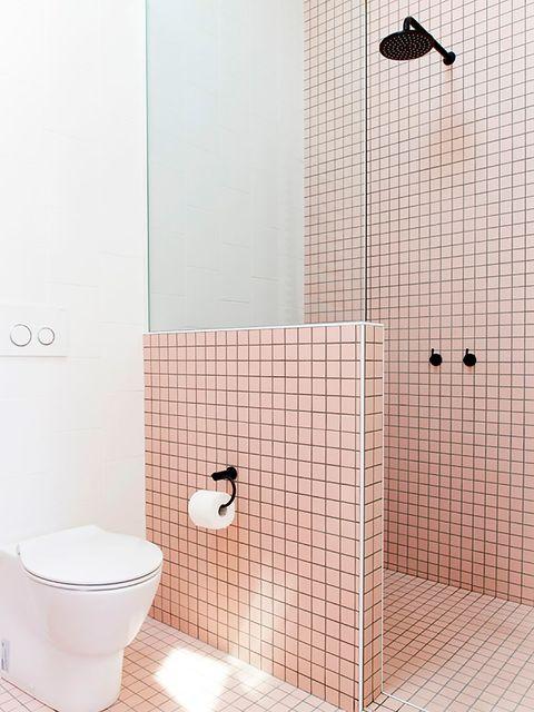 Cuarto de baño moderno en rosa