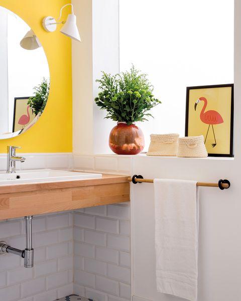 baño moderno en blanco y amarillo