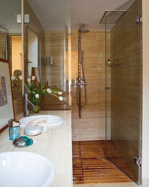 ducha con suelo de madera