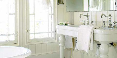 baño retro con lavabo antiguo