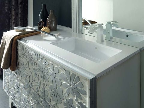 Tablecloth, Plumbing fixture, Property, Room, Tap, Bathroom sink, Glass, Glass bottle, Sink, Kitchen sink,