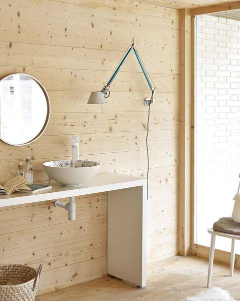 baño moderno con paredes de madera