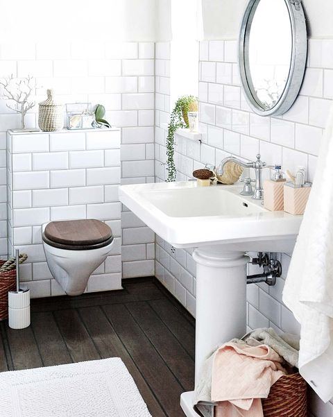 baño blanco con suelo oscuro