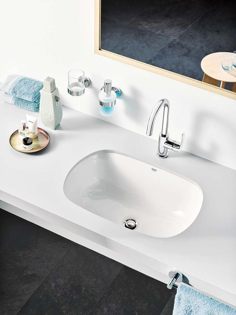 Sink, Bathroom sink, Tap, Bathroom, Property, Plumbing fixture, Wall, Room, Interior design, Bathtub,