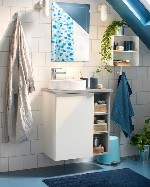 baño pequeño blanco y azul