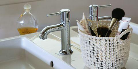 Fluid, Plumbing fixture, Liquid, Bathroom sink, Property, Tap, Room, Glass, Wall, Sink,