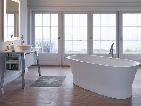 baño amplio con bañera exenta
