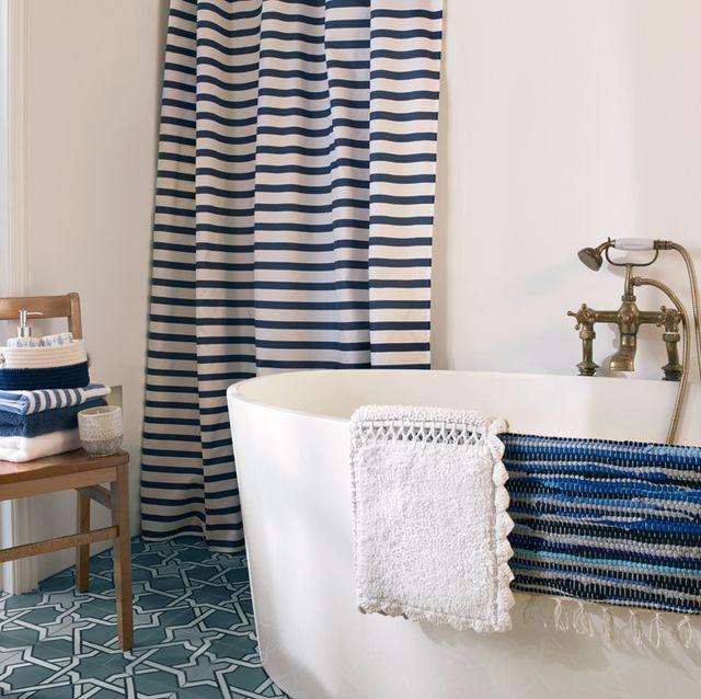 baño moderno en blanco y azul con bañera exenta