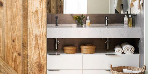 baño moderno con dos lavabos, puerta de madera