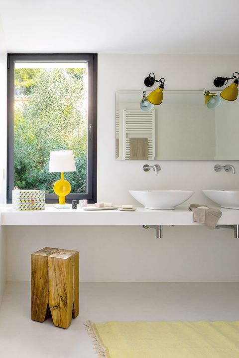 baño moderno en blanco con 2 lavabos sobre encimera de obra