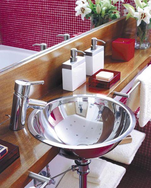 lavabo redondo metálico en balda de madera