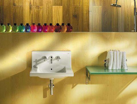 lavabo pequeño en baño amarillo