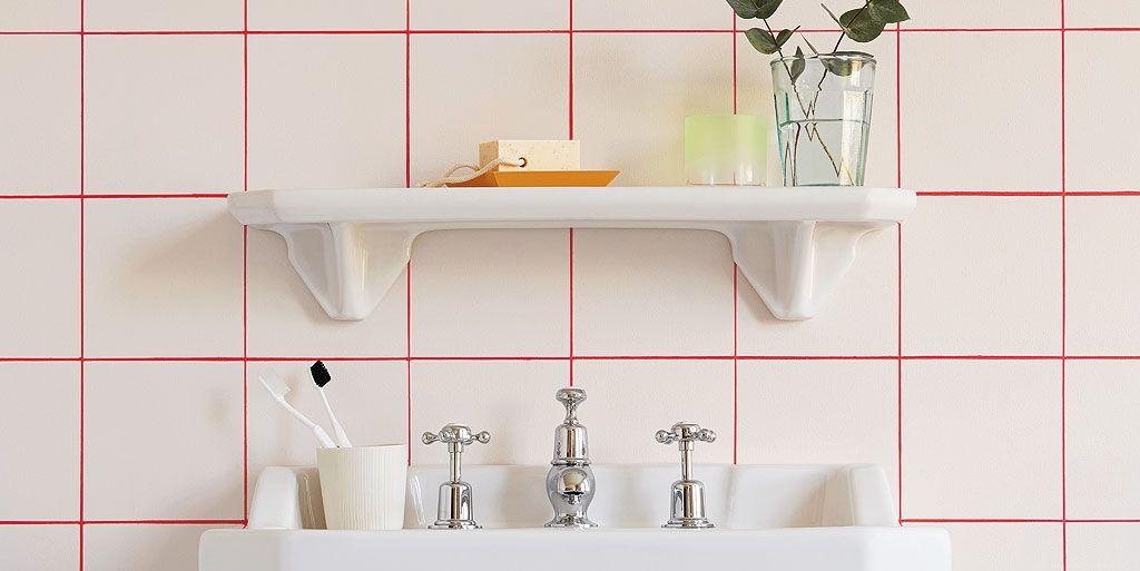 Cuarto de baño con azulejos rojo