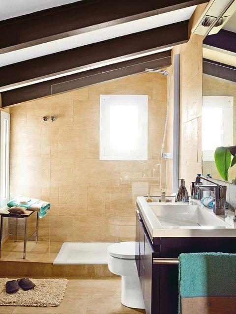 baño abuhardillado con ducha y mampara de cristal