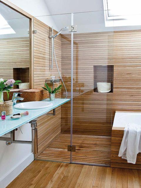 baño con ducha y bañera de madera