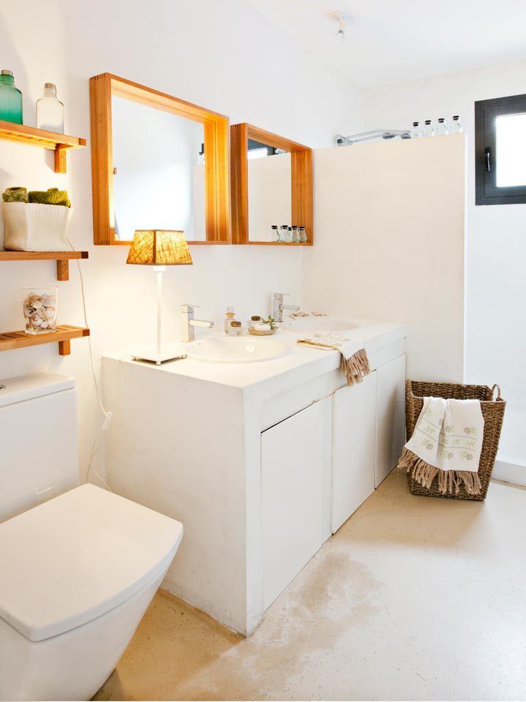 Cuarto De Baño En Blanco Y Madera