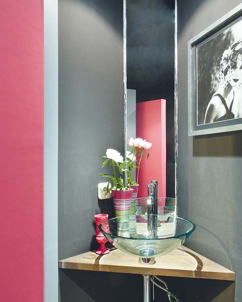 Room, Interior design, Glass, Pink, Table, Wall, Interior design, Flowerpot, Picture frame, Vase,
