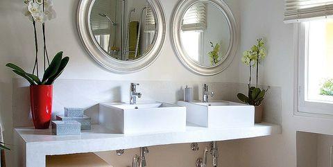 un baño moderno con dos lavabos y suelo hidráulico