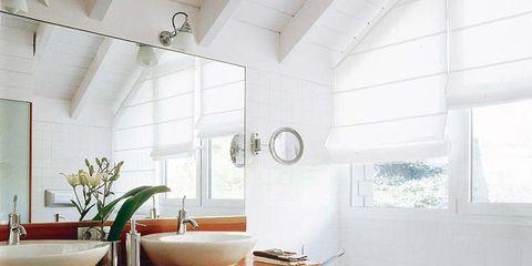 Un baño con bañera y ducha