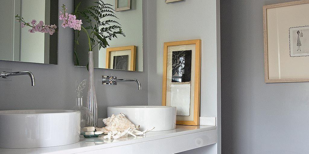 Un ba o con ducha de obra en gris y blanco - Como decorar un bano blanco ...